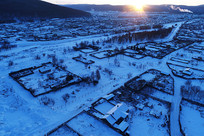 冰雪覆盖的林区雪村