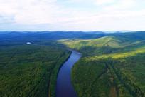 穿越茂密林海的蓝色激流河