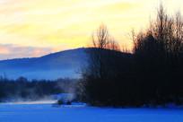 大兴安岭冰封河流朝阳景观