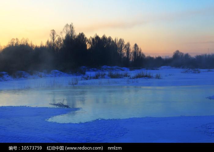 大兴安岭林区冰河晨光图片