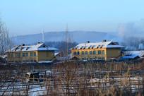 冬季林场人家小楼