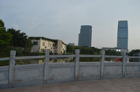 公园桥上远眺风景