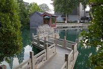 济南珍珠泉九曲桥风光