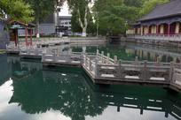 济南珍珠泉九曲桥和绿色泉水