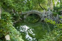 济南珍珠泉绿色环抱的小桥