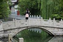 济南珍珠泉石拱桥上摄影的女孩