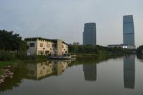 人工湖与建筑物