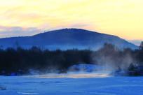 山林中冰封河流