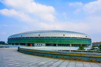 鞍山奥体中心游泳馆与漫天白云