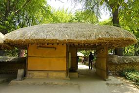 韩国民俗村的传统茅屋门楼