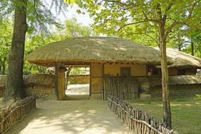 韩国民俗村的传统茅屋庭院