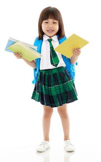白背景前背书包拿书的小女孩