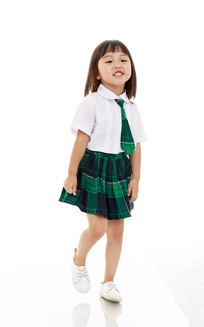 穿校服白背景前的小女孩
