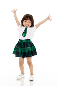 举着双手跳舞的小学生
