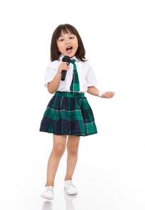 拿着麦克风唱歌的小女孩