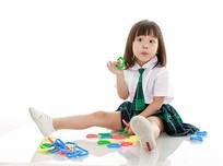 拿着玩具疑问的小女孩