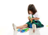 拼接玩具的小女孩