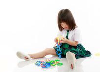认真玩玩具的小女孩