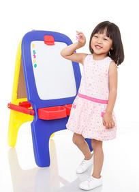 手拿数字玩具开心的小女孩