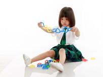 手拿玩具的小女孩