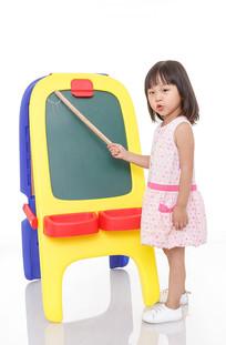 手拿小棍指着黑板的小女孩