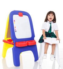 小女孩坐在白色凳子上读书