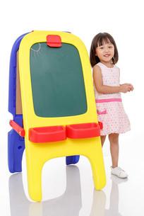 站在彩色黑板边上的小女孩