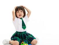 坐地上抱头吃惊表情的小女孩