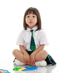 坐地上认真端坐的小女孩