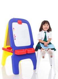 坐在白色凳子上的小学生