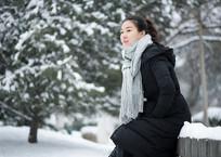 坐在椅子上的美女雪景