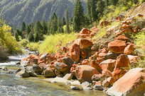 高原小溪及红色冰渍石