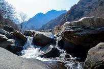 小溪边的石头