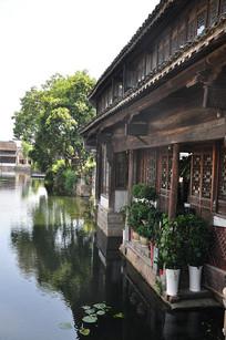 月河河边建筑