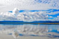 蓝天白云下的湖畔