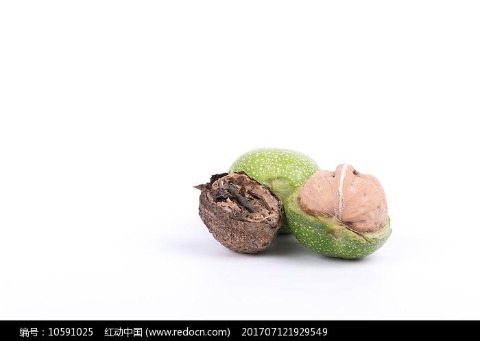 嫩核桃和干枯的核桃图片