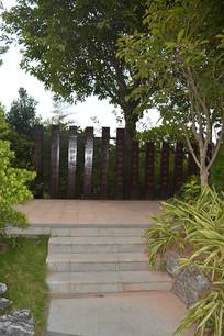 路边的木栅栏与树木