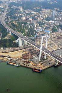鸟瞰厦门市西港海湾的海沧大桥