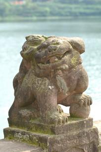 四川宝狮湖-背小狮子的石狮