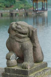 四川宝狮湖景区石狮子挠痒