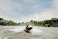 四川龙泉湖的快艇游乐项目