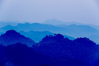 层峦叠嶂的青山