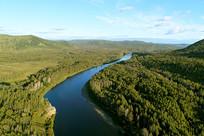 大兴安岭密林中的蓝色河流