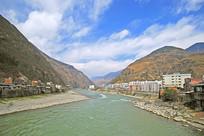 泸定县县城及大渡河风光