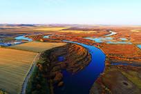 航拍浓郁秋色的河流