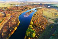 航拍秋季鎏金丛林河湾