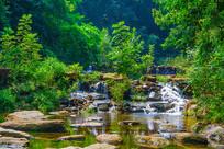千山谦潭瀑布与树木森林