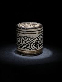 吉州窑白地黑花卷草纹罐