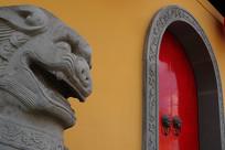 上海玉佛寺正门石狮子