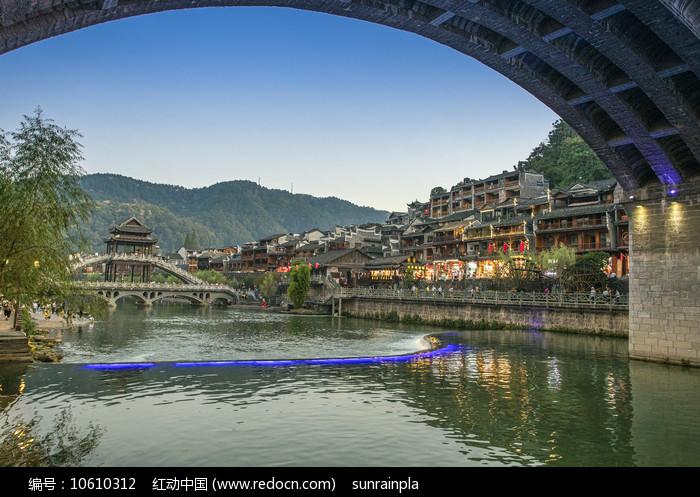 夜幕下的凤凰古城云桥图片